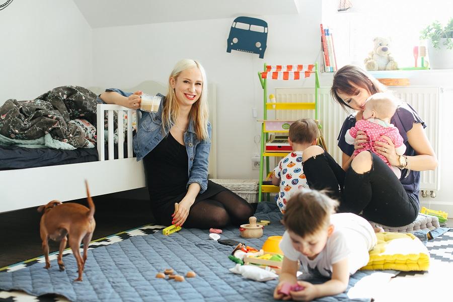 """10 dowodów na to, że """"siedzenie"""" w domu z dziećmi to praca o wiele cięższa od tej za biurkiem!"""